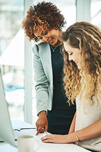 InComm Internships – A manager interacting with an employee in the workplace.